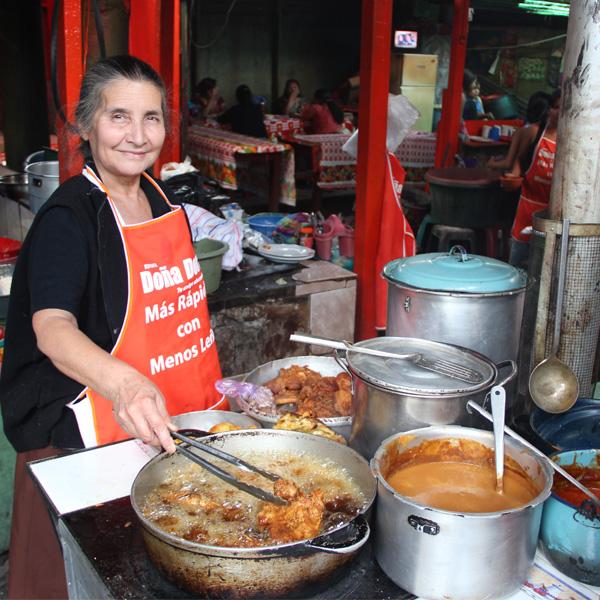 Cocinando en un comedor con Estufa Doña Dora modelo 18x44