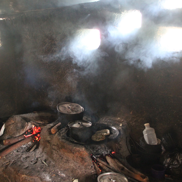 Cocina con comal lleno de humo